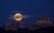 A Photo Of The Full Moon Over The Parthenon Goes Viral